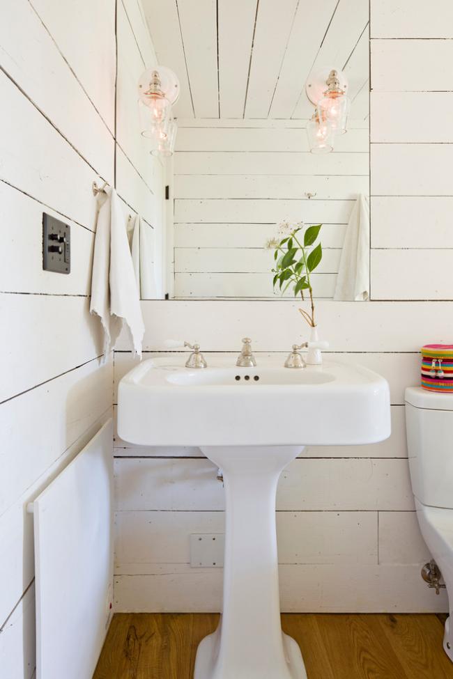 """Интерьер ванной комнаты в стиле прованс с белой раковиной типа """"Тюльпан"""""""