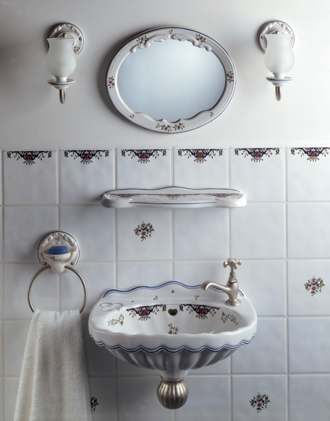 Шикарный интерьер ванной комнаты с раковиной, оснащенной системой отлива