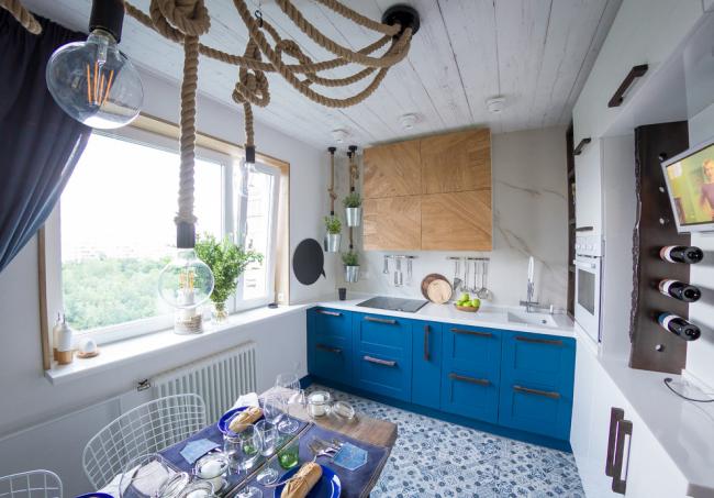Декоративная люстра с канатами поможет подчеркнуть морской стиль в интерьере кухни