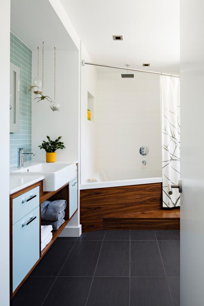 Контрастное сочетание темного дерева и белоснежной отделки в интерьере ванной