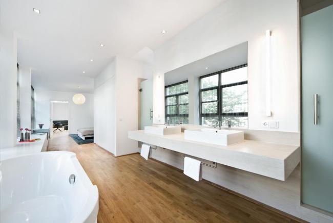 Ванная комната в белом цвете, совмещенная со спальней