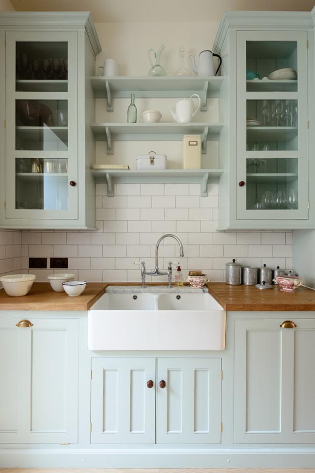 Красивая кухня в пастельных тонах с двойной раковиной