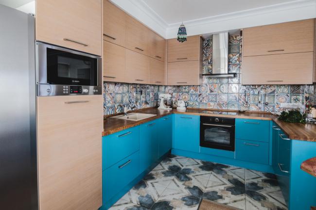 Бирюзовый цвет в интерьере кухни смотрится очень интересно