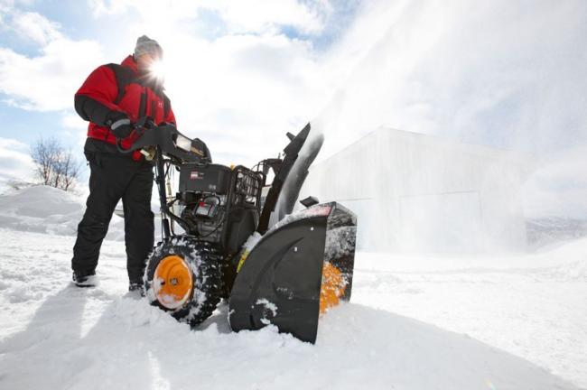 Массивный снегоуборщик с большим ковшом подойдет для уборки большой территории