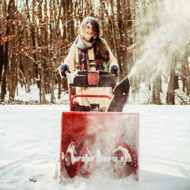 Самоходным снегоуборщиком с легкостью может управлять даже ребенок