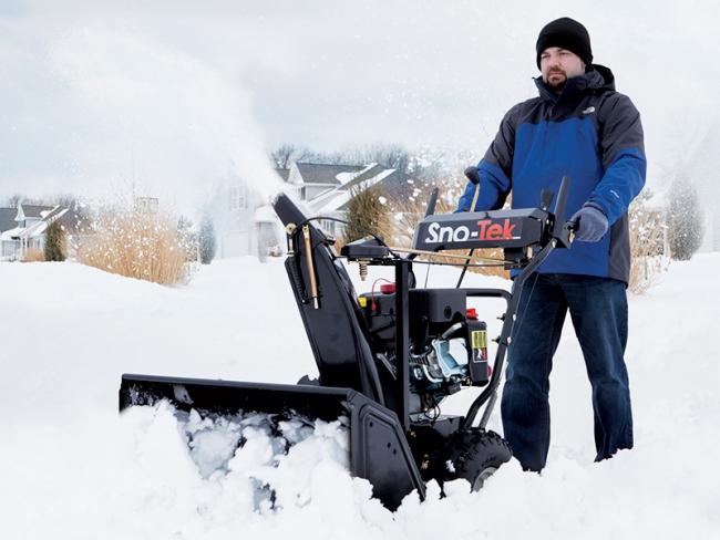 Снегоуборочная машина, обладающая двухступенчатой системой выброса снега