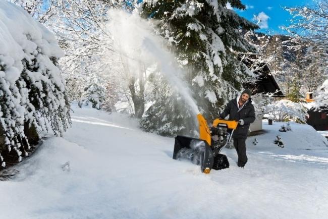 Снегоуборщики бензиновые самоходные: рейтинг и цены - оснащение снегоуборщика гусеницами улучшает сцепление с поверхностью при движении, тем самым сокращает время работы и делает её более эффективной на склонах