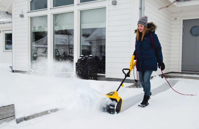 Электрический снегоуборщик для небольшого дворика