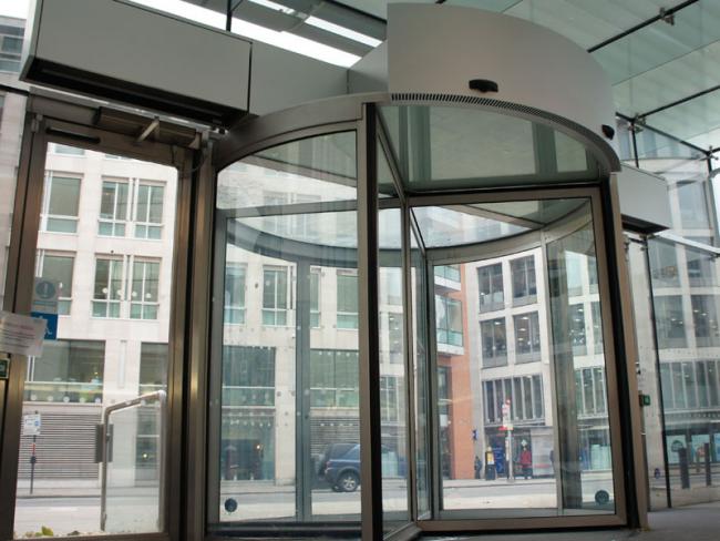 Установка воздушных завес на револьверных дверях может быть как скрытого, так и обычного монтажа