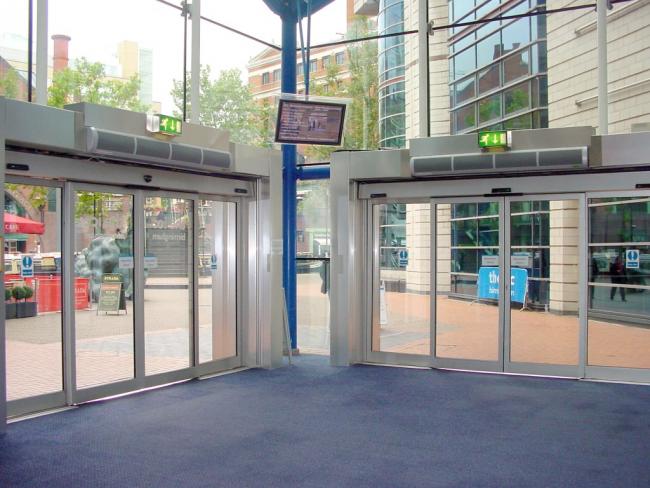 При правильной установке тепловой завесы поток нагретого воздуха попадает в середину помещения даже при открытых дверях, таким образом обеспечивает помещение дополнительным отоплением