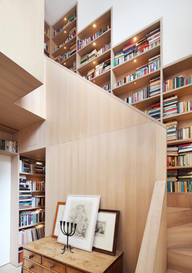 Стильная трехмаршевая лестница в библиотеке загородного дома