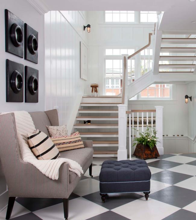 Поставьте стульчик на одной из площадок трехмаршевой лестницы, и подъем на второй этаж станет куда приятнее
