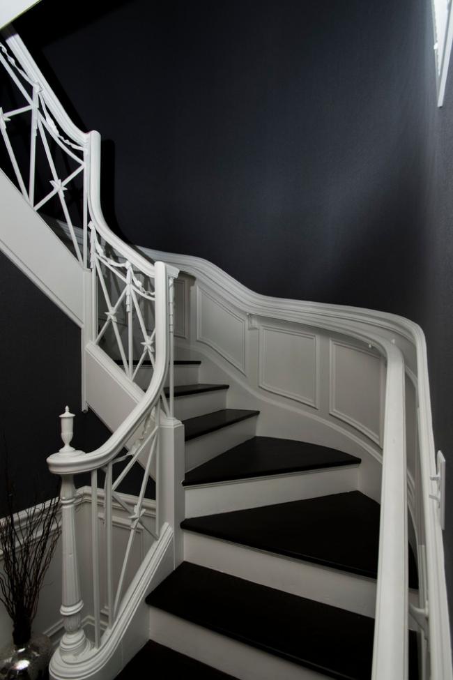 Трехмаршевая лестница в форме дуги подойдет и для классического интерьера
