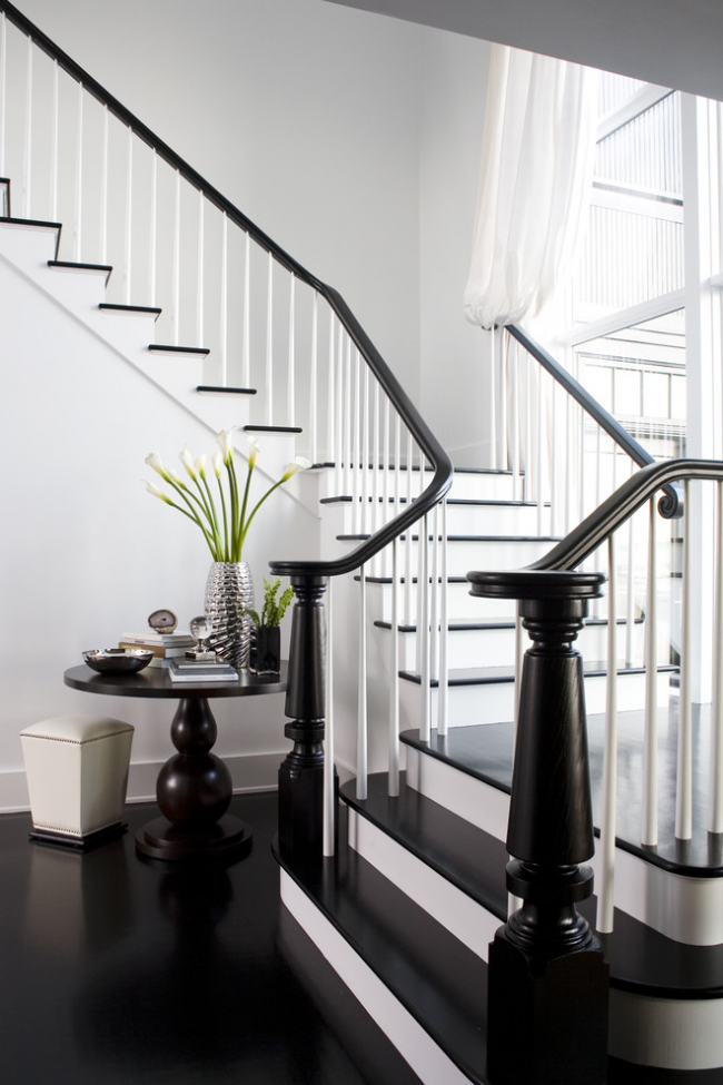 Трехмаршевая лестница имеет множество цветовых и конструкторских решений, благодаря чему впишеться в любой интерьер