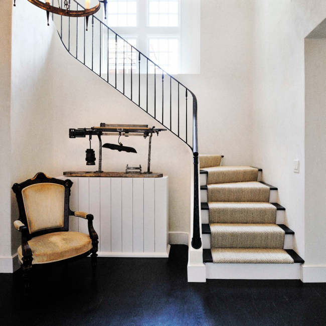 Трехмаршевая лестница - лучший вариант для небольших домов с высокими потолками
