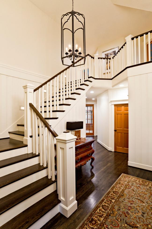 Классическая трехмаршевая лестница с деревянными перилами