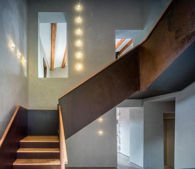 Деревянная трехмаршевая лестница со сплошными деревянными перилами