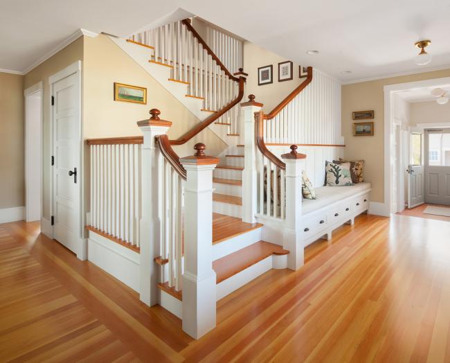 Традиционная трехмаршевая лестница в интерьере загородного дома