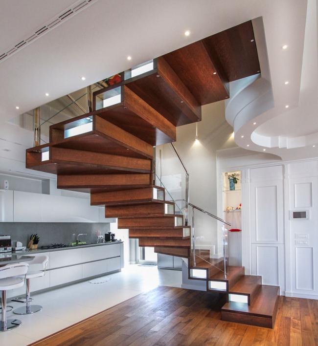 Трехмаршевая лестница в форме дуги имеет резкие повороты и выгодно смотрится в современном интерьере