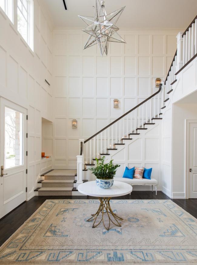 Трехмаршевая лестница выгодно смотрится в светлом интерьере и станет украшением холла дома