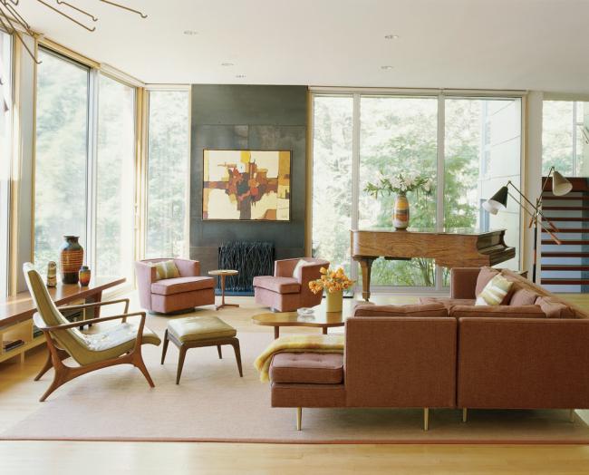 Просторная гостиная в стиле рустик с мебелью из ясеня