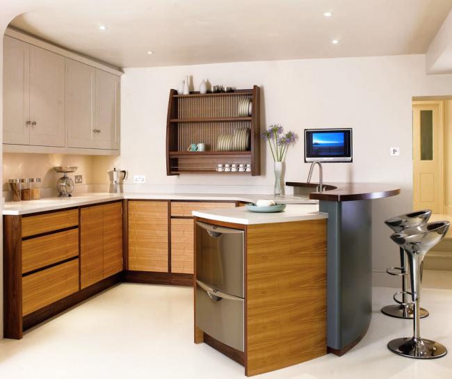Кухонный гарнитур, сочетающий вставки из светлого ясеня и хромированные поверхности