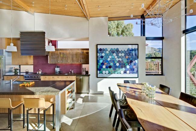 Мебель из ясеня песочного цвета хорошо смотрится в домах в стиле модерн