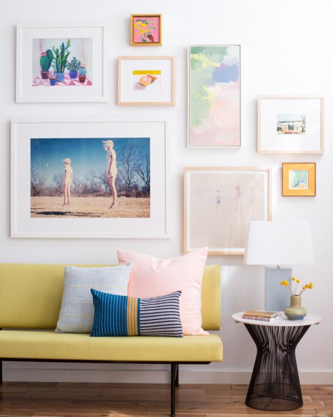 Настенное панно в гостиной из небольших картин смешанного направления