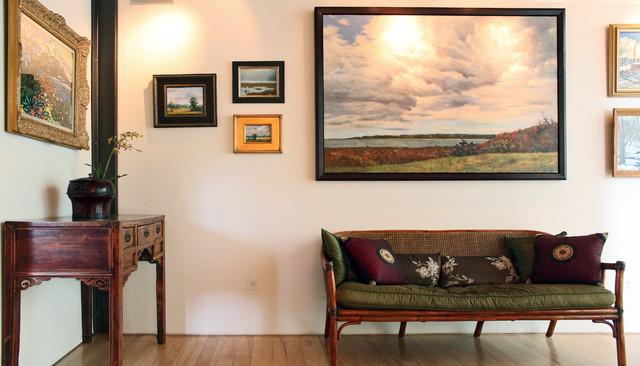 Панно из картин разного размера на стене прихожей