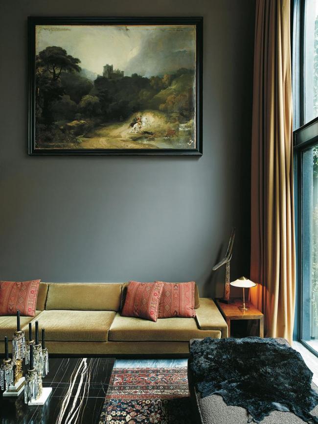 Картина живой природы в приглушенных тонах идеально вписывается в интерьер темной гостиной