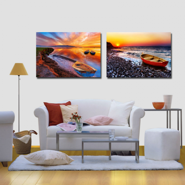 Красочные картины на один мотив в разном исполнении в светлой гостиной