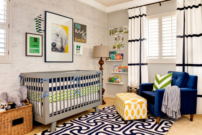 Светлая хорошо освещенная детская комната с декоративными картинами на кроваткой