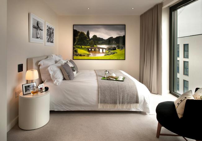 Отличный выбор картины в сочных красках для спальни в пастельных тонах