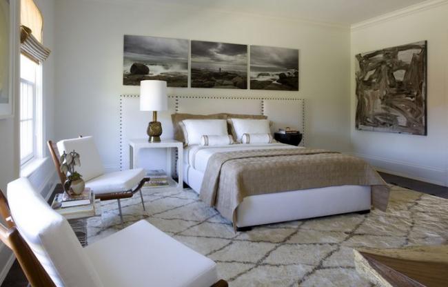 Размещение картин в спальне на всю ширину изголовья кровати