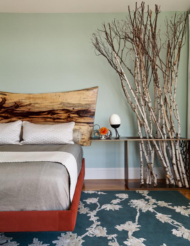 Необычное решение для оформления изголовья кровати. Тут использовано цельное, практически не обработанное дерево