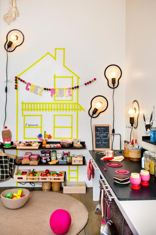 Декор комнаты своими руками: детская кухня, стены которой декорированы с помощью наклеек, гирлянд и оригинальных настенных светильников. Такое пространство для своего ребенка может создать любой взрослый.