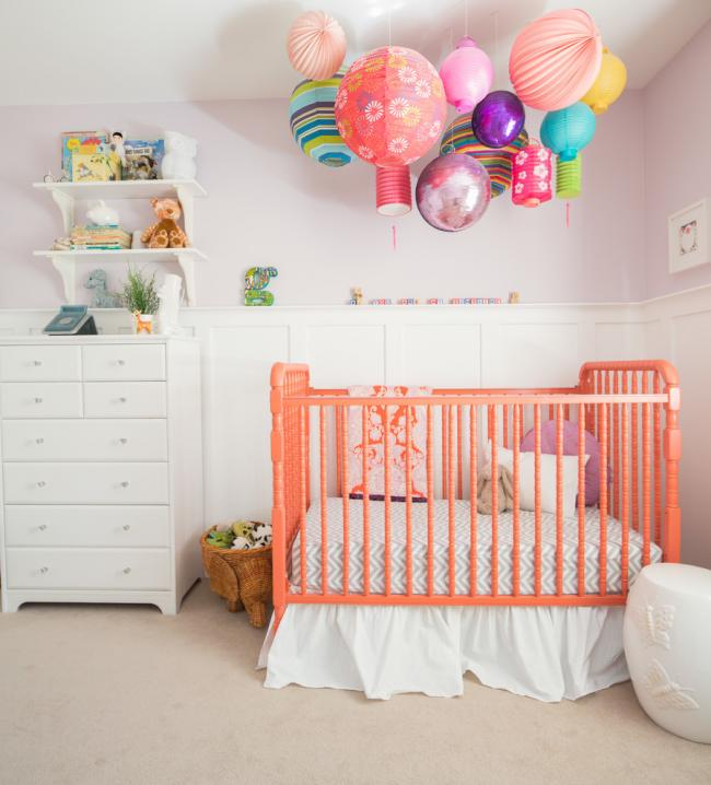 Один из популярных способов украшения детской - разноцветные бумажные и надувные шары