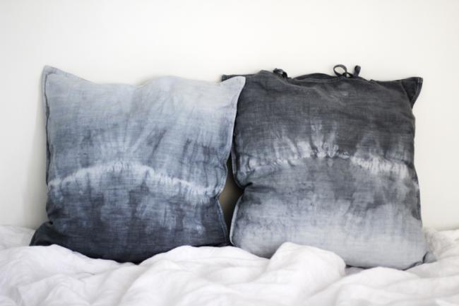 Популярные сейчас градации серого и синего в росписи декоративных подушек