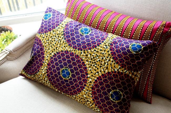 Яркие подушки, расписанные в технике батик с использованием необычных сочетаний узоров, цветов и оттенков