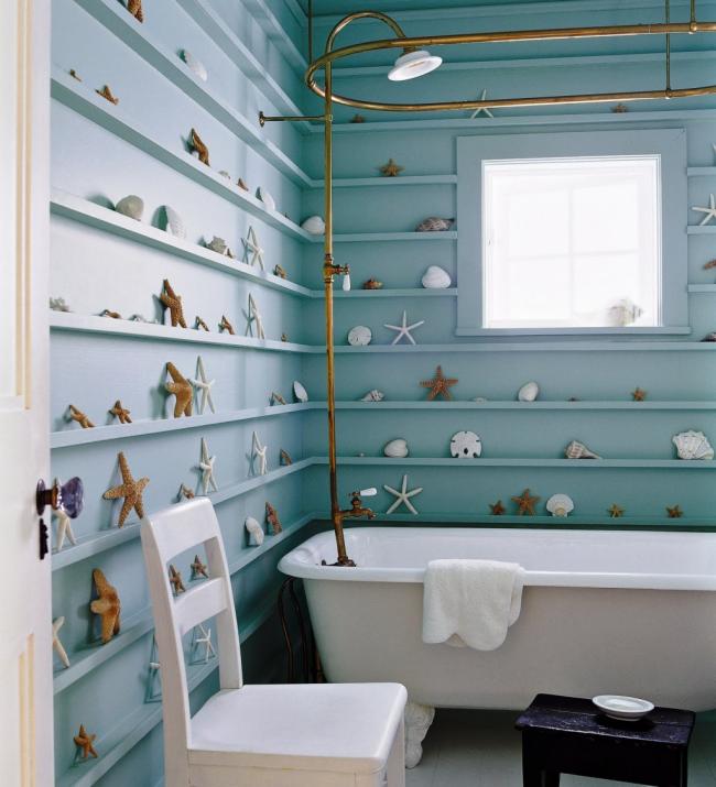 Ванная комната в пляжном стиле задекорирована с помощью натуральных морских звезд и ракушек