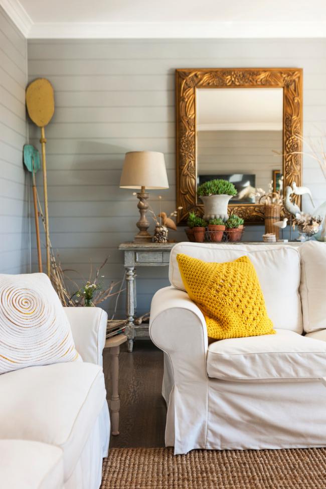 Стильный элемент декора - желтый вязаный чехол для декоративной подушки в интерьере пастельных тонов