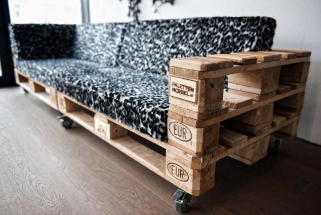 Декором интерьера может быть и мебель, созданная с использованием деревянных поддонов