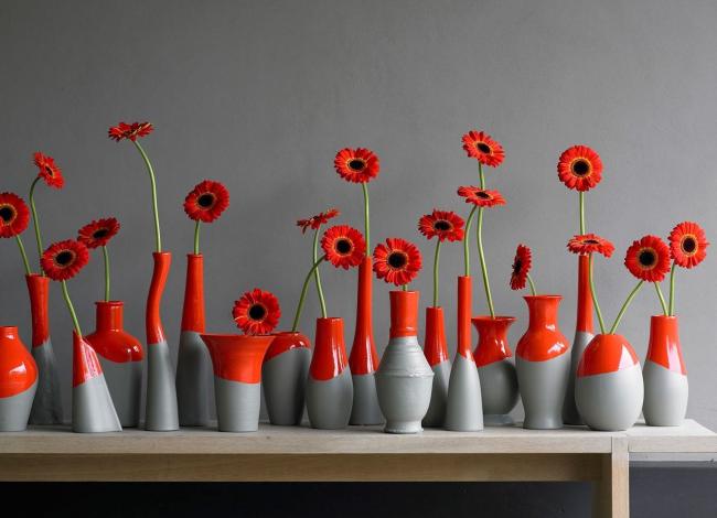 Из различных бутылок, ваз и других сосудов тоже можно создать стильный декор