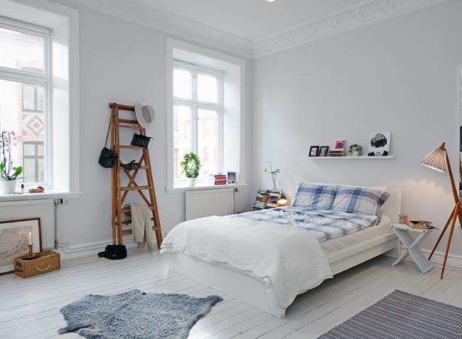 Скандинавскую спальню украсит декоративная стремянка, которую можно использовать, как вешалку