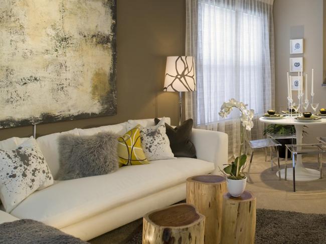 Разнообразные подушки, которые можно создать самому украсят гостиную