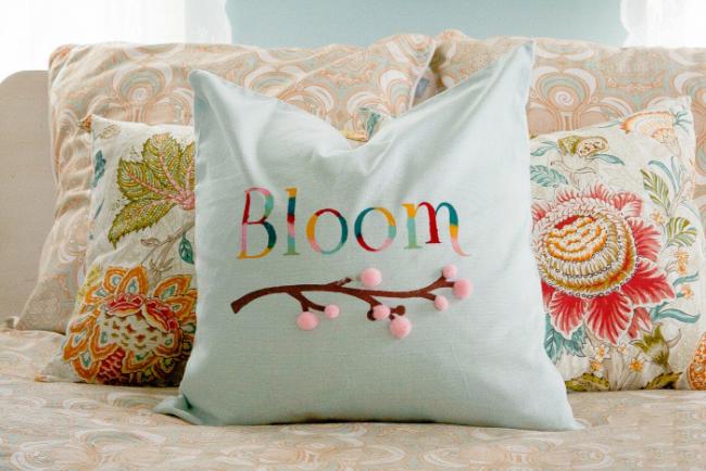 Украшение кровати - декоративные подушки в пастельных тонах