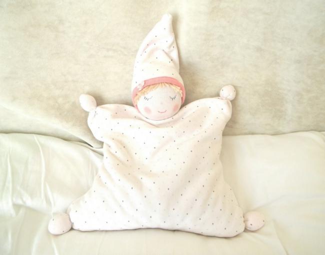 Любимая игрушка малыша в виде маленькой подушечки