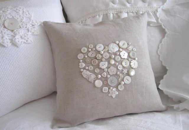 Простой и симпатичный узор на подушке из пуговиц