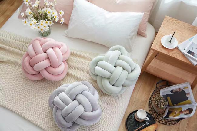 Необычная подушка в стиле крупной вязки, которая не нуждается в декоре