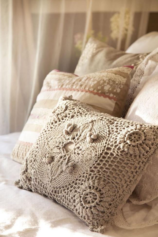 Романтическую спальню дополнят нежные плетенные аксессуары